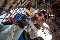 Neonato all'interno di una iurta - baby inside a yurt - Bébé à l'intérieur d'une yourte