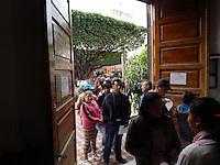 San Juan del Río, Qro. 30 de diciembre de 2013.- Largas filas de personas que acuden a pagar el impuesto predial de último momento en las diferentes oficinas recaudadoras del municipio. Foto Lino Serrano/Obture Press Agency