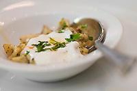 Europe/Turquie/Istanbul :   Manti raviolis au yaourt et à l' ail , restaurant  Hunkar qui pratique une cuisine turque de famille, Quartier Orkatoy