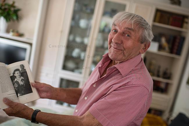 Erhard Stenzel, Wehrmachtsdeserteur und Kaempfer in der Franzoesischen Resistance im Zweiten Weltkrieg.<br /> Der 91jaehrige Erhard Stenzel ist der letzte noch lebende deutsche Resistance-Kaempfer. Er desertierte am 3. Januar 1943 im Alter von 19 Jahren  im Franzoesischen Rouen und trat der Resistance bei. Er wurde Zeuge des Massaker der SS in  der Stadt Oradour und beteiligte sich an der Jagd auf die SS-Einheiten, welche die Bevoelkerung der Kleinstadt massakriert haben. Im August 1944 war er an der Befreiung von Paris beteiligt.<br /> Im Bild: Stenzel zeigt ein Foto von sich in den 1950er Jahren.<br /> 7.6.2016, Falkensee<br /> Copyright: Christian-Ditsch.de<br /> [Inhaltsveraendernde Manipulation des Fotos nur nach ausdruecklicher Genehmigung des Fotografen. Vereinbarungen ueber Abtretung von Persoenlichkeitsrechten/Model Release der abgebildeten Person/Personen liegen nicht vor. NO MODEL RELEASE! Nur fuer Redaktionelle Zwecke. Don't publish without copyright Christian-Ditsch.de, Veroeffentlichung nur mit Fotografennennung, sowie gegen Honorar, MwSt. und Beleg. Konto: I N G - D i B a, IBAN DE58500105175400192269, BIC INGDDEFFXXX, Kontakt: post@christian-ditsch.de<br /> Bei der Bearbeitung der Dateiinformationen darf die Urheberkennzeichnung in den EXIF- und  IPTC-Daten nicht entfernt werden, diese sind in digitalen Medien nach &sect;95c UrhG rechtlich geschuetzt. Der Urhebervermerk wird gemaess &sect;13 UrhG verlangt.]