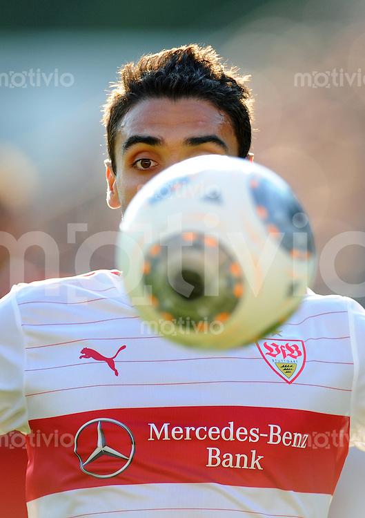 FUSSBALL  1. Bundesliga   2013/2014   Testspiel  FC Heidenheim - VfB Stuttgart   13.07.2013 Mohammed Abdellaoue (VfB Stuttgart) mit dem Ball vor dem Gesicht