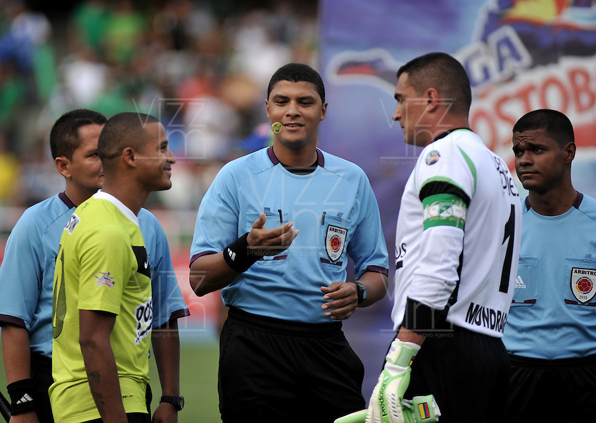 CALI- COLOMBIA- 16-02-2103: Juan Pontón árbitro del partido por la Liga Postobon I Deportivo Cali v.s. Atlético Nacional durante sorteo en el estadio Pascual Guerrero en la ciudad de Cali, marzo16 de 2013. (Foto: VizzorImage / Luis Ramírez / Staff). Juan Ponton, referee of the match for the Postobon I League Deportivo Cali v.s. Atletico Nacional during the draw at the Pascual Guerrero stadium in Cali city, on March 16, 2013, (Photo: VizzorImage / Luis Ramirez / Staff.).