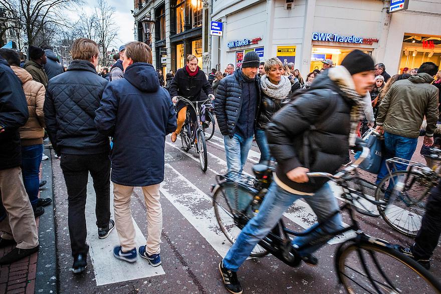 Nederland, Amsterdam, 13 dec 2014<br /> Drukte bij de Kalverstraat. Fietsers hebben moeite de zebrastrook te passeren door de continue stroom mensen die door de kalverstraat lopen om te shoppen.<br /> Foto: (c) Michiel Wijnbergh