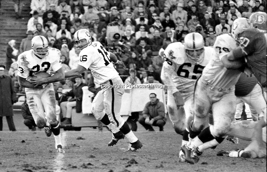 Oakland Raiders George Blanda hands off to Charlie Smith with blockers Wayne Hawkins and Art Shell.<br />