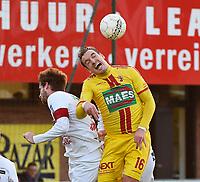 FC GULLEGEM - SV BORNEM :<br /> Kurt Weuts (R) wint een kopbalduel van Joeri Flederick (L)<br /> <br /> Foto VDB / Bart Vandenbroucke