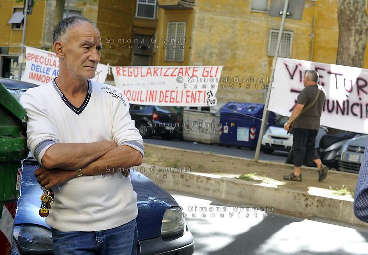 Roma 15 giugno 2011.Via Calpurnio Fiamma.Comitato anti sfratti di Action, lo sfratto viene rimandato