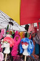 Europe/France/Nord-Pas-de-Calais/59/Nord/Dunkerque: Sur le marché les étal qui proposent tous les accessoires pour le déguisement pour le Carnaval