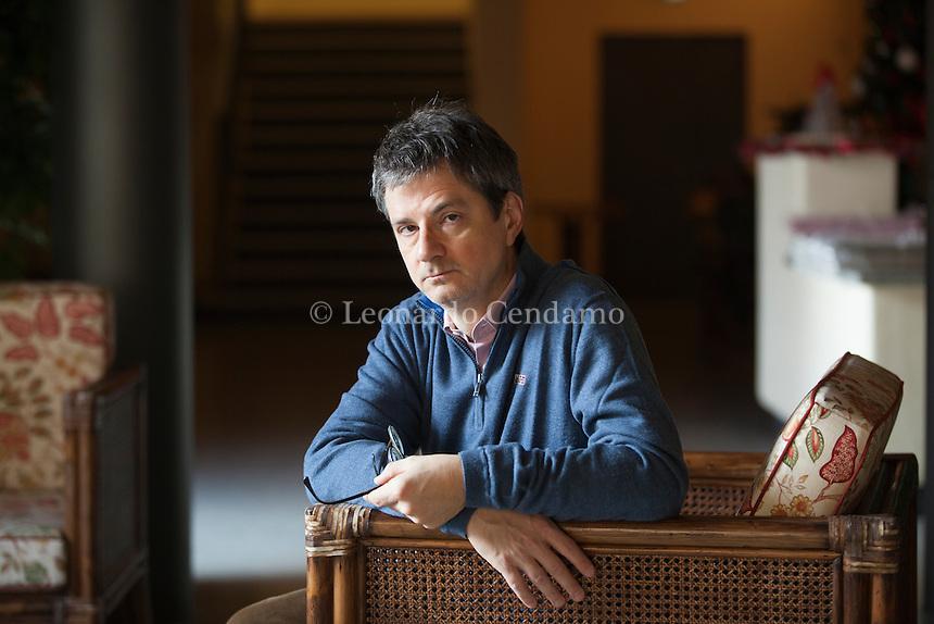 """[Esplora il significato del termine: Saggista e poeta, Lorenzo Morandotti (nato a Milano nel 1966) lavora alle pagine culturali del «Corriere di Como». Nel 1994, ha pubblicato «Alberi neri», prima raccolta di prose e aforismi. Visto il buon esito, ha deciso di riprovarci vent'anni dopo. Ed ecco """"Cani e topi"""". Como, 7 dicembre 2015. © Leonardo Cendamo"""
