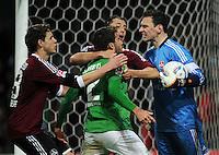 FUSSBALL   1. BUNDESLIGA   SAISON 2011/2012   23. SPIELTAG SV Werder Bremen - 1. FC Nuernberg                   25.02.2012 Sokratis Papastathopoulos (Mitte, SV Werder Bremen) und Torwart Raphael Schaefer (re, 1 FC Nuernberg) sind nicht einer Meinung. Philipp Wollscheid (li, 1. FC Nuernberg) und Dominic Maroh (1. FC Nuernberg) veruschen zu schlichten