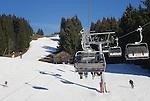 Foto: VidiPhoto<br /> <br /> SCHEFFAU &ndash; Op en rond de pistes van het gebied Skiwelt Wilder Kaiser Brixental -met 284 pistekilometers het grootste en populairste skigebied van Oostenrijk- wordt donderdag koortsachtig gewerkt om de invasie van de tienduizenden wintersporters komend weekend in goede banen te leiden. Ruim de helft van de pistes is nog maar geopend door een tekort aan sneeuw en water om kunstsneeuw van te maken. Per kubieke meter sneeuw is 200 tot 500 liter water nodig . Voor een hectare piste is dat ongeveer een miljoen liter. In het gebied is voor het komende skiseizoen 27 miljoen euro ge&iuml;nvesteerd in nieuwe liften en 100 extra sneeuwkanonnen. Met voldoende water zou het hele gebied van 284 km. in drie dagen tijd van kunstsneeuw voorzien kunnen worden. De eerste verse sneeuw valt naar verwachting pas begin januari. De skivakantie begint komend weekend met regen. Pas vanaf woensdag gaat de zon volop schijnen in Tirol.