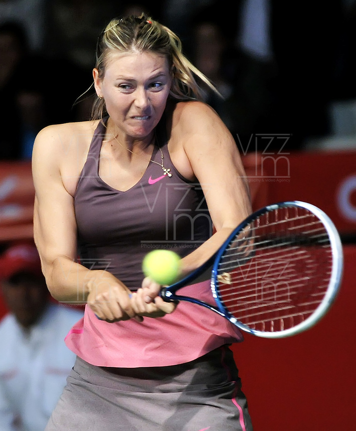 BOGOTA – COLOMBIA-06-12-2013: Maria Sharapova, tenista de Rusia, devuelve la bola a Ana Ivanovic, tenista de Serbia, durante partido de exhibición en el Coliseo El Campin en la ciudad de Bogota. / Maria Sharapova, Rusian Tennis player, return the ball to Ana Ivanovic, Serbian tennis player during an exhibition game in the Coliseo El Campin in  Bogota City. / Photo: VizzorImage / Luis Ramirez / Staff.