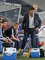 FUSSBALL   1. BUNDESLIGA  SAISON 2011/2012   7. Spieltag     23.09.2011 VfB Stuttgart - Hamburger SV Trainer Rodolfo Esteban Cardoso (re, Hamburger SV) und Co-Trainer  Frank Heinemann (li, Hamburger SV) nachdenklich