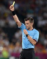 FUSSBALL  EUROPAMEISTERSCHAFT 2012   VIERTELFINALE Spanien - Frankreich      23.06.2012 Schiedsrichter Nicola Rizzoli zeigt Gelb