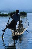 Asie/Birmanie/Myanmar/Plateau Shan/Ywathit: Lac Inle - Pêcheurs sur le lac avec leur nasse conique