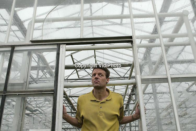 Foto: VidiPhoto..LENT - Gert Maters uit Lent kijkt somber naar buiten.