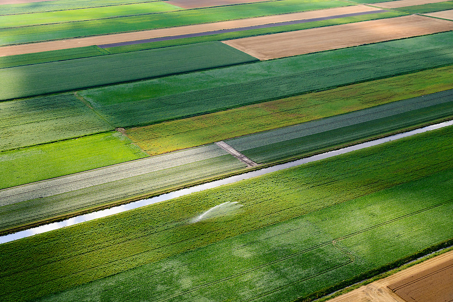 Nederland, Drenthe, Gemeente Borger-Odoorn, 05-08-2014; Valthermond gewassen op de velden in de veenkolonien worden besproeid.<br /> Crops on the fields are irrigated.<br /> <br /> luchtfoto (toeslag op standard tarieven); aerial photo (additional fee required); copyright foto/photo Siebe Swart