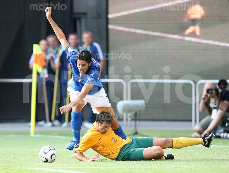Fussball WM 2006   Achtelfinale   Italien 1-0 Australien Lucas Neill (AUS,Boden) foult Fabio Grosso (ITA) in der 90. Minute