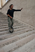 Giovani in monociclo a Parigi , jeunes en monocycle parcourent paris, young people in Pais with a unicycle
