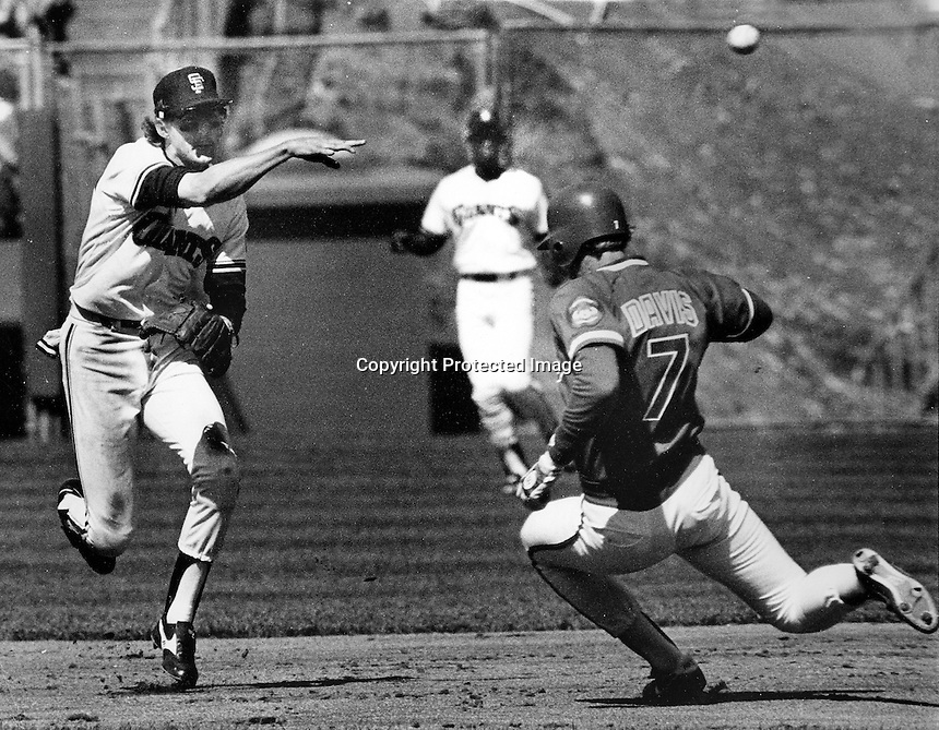 San Francisco Giants Johnnie LeMaster completes DP <br />