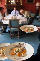 Europe/France/Champagne-Ardenne/51/Marne/Ay: Maison de champagne Deutz - La salle à manger lors d'un déjeuner - Service de la nage de St-Jacques au champagne