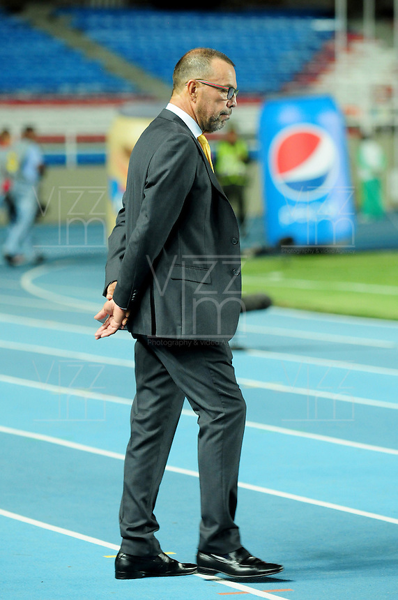 CALI - COLOMBIA - 25-04-2016: Jose Hernandez, técnico de Deportes Quindio, durante partido por la fecha 11 del Torneo Aguila 2016, entre America de Cali y Deportes Quindio, jugado en el estadio Pascual Guerrero de la ciudad de Cali. / Jose Hernandez, coach of Deportes Quindio, during a match for the date 11 for the Torneo Aguila 2016, between America de Cali and Deportes Quindio, played at the Pascual Guerrero stadium in Cali city. Photo: VizzorImage / Nelson Rios / Cont.