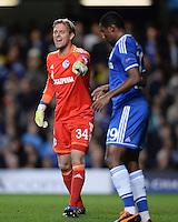 FUSSBALL   CHAMPIONS LEAGUE   SAISON 2013/2014   Vorrunde  in London FC Chelsea - FC Schalke     06.11.2013 Torwart Timo Hildebrand (li, FC Schalke 04) und Samuel Eto o (FC Chelsea)