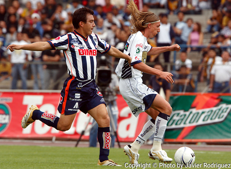 Mexico (26.02.2006) Monterrey Rayados midfielder Luis Perez (L) fights for the ball with UNAM Pumas midfielder Leandro Augusto during their soccer match at the Mexico City's University Stadium, February 26, 2006. UNAM tied 0-0 to Monterrey. © Photo by Javier Rodriguez