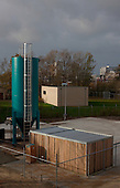 Proefopstelling van Brightwork uit Sneek, bestaande uit een tank met zeefbandinstallatie op de nieuwe Onderzoekslocatie Afvalwaterzuivering op het terrein van de rioolwaterzuiveringsinstallatie (rwzi) van Wetterskip Fryslân in Leeuwarden.
