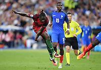 FUSSBALL EURO 2016 FINALE IN PARIS  Portugal 1-0 Frankreich     10.07.2016 Eder (vorn Nr.9, Portugal) beim Torschuss zum entscheidenden Tor zum 1-0 beobachtet von Paul Pogba (hinten, Frankreich)