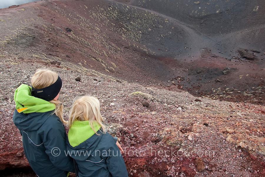 Ätna, Etna, Kind, Kinder wandert durch die karge Vulkanlandschaft, stehen am Rand eines Vulkankrater, Krater, Wandern, Lavagestein, Lava, Vulkan, Italien, Sizilien, Mount Etna, birch, white birch, volcano