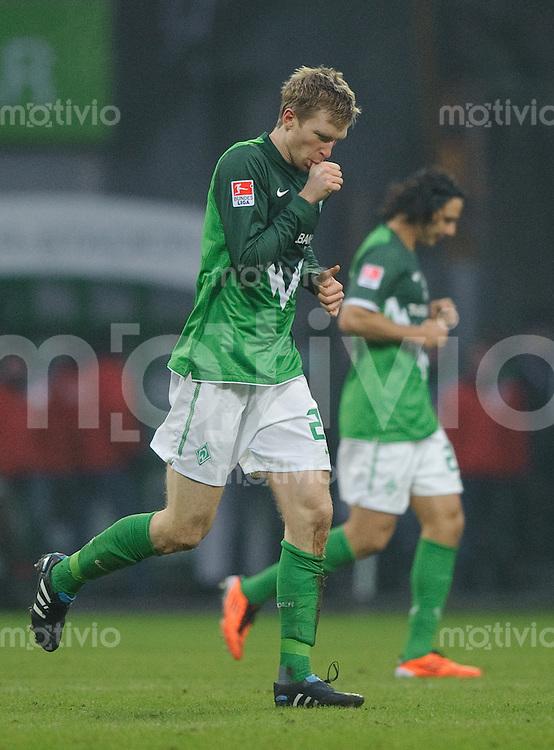 Fussball Bundesliga Saison 2010/2011 SV Werder Bremen - FC Bayern Muenchen Per MERTESACKER (Werder) lutscht an seinem Daumen.