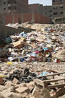2011 Mokattam Garbage City (alla periferia del Cairo) il quartiere copto dove si vive in mezzo alla spazzatura raccolta: palazzi in costruzione in mezzo all'immondizia.