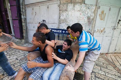 Jerusalem, Octobre 2011. Des enfants jouent dans les rues de Jerusalem