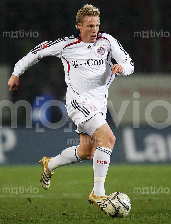 Fussball  1. Bundesliga  Saison 2006/2007 Christian LELL (FC Bayern Muenchen), Einzelaktion am Ball