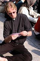 Stato della Città del Vaticano. Funerali di Papa Giovanni Paolo II. Vatican City State. Funeral of Pope John Paul II. Basilica di San Pietro. Saint Peter's Basilica.Preti rendono omaggio al Papa. The priests pay tribute to Pope......