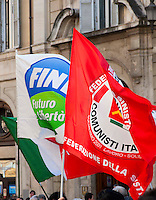 Roma 5 Aprile 2010.Democrazia Day .Sit-in del Popolo viola in Piazza Montecitorio «contro le leggi ad personam», organizzata in concomitanza col voto in Aula sul conflitto di attribuzione. La bandiera di Futuro e Liberta' il partito di Gianfranco Fini con la bandiera della Federazione della Sinstra