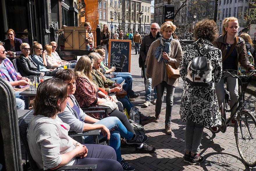 Nederland, Utrecht, 18 april 2015<br /> Oudegracht, Utrecht. Stadsbeeld met passanten over de Oudegracht. Mensen lopen langs volle terrassen.   <br /> Foto: Michiel Wijnbergh