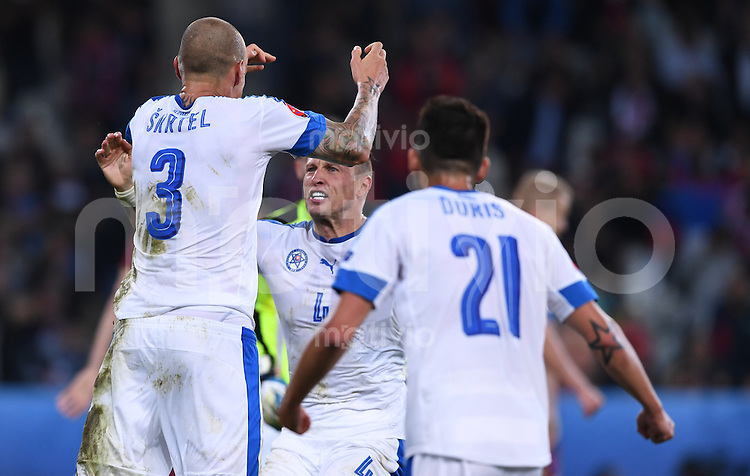 FUSSBALL EURO 2016 GRUPPE B IN LILLE Russland - Slowakei     15.06.2016 Martin Skrtel, Jan Durica und Michal Duris (v.l., alle Slowakei) jubeln nach dem Abpfiff