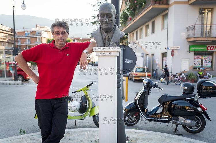 Paolo Pallotta, presidente del Vespa Club Popoli in piazza 20 settembre, posa vicino al busto del suo compaesano Corradino D'Ascanio,progettista della Vespa e dell'Elicottero moderno. Photo: Adamo Di Loreto/BuenaVista*Photo