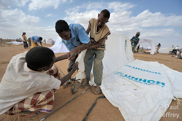 Preparing new housing for Somali refugees in Dadaab camp ...