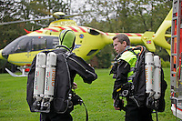 Crew from Norwegian Air Ambulance train with divers from Oslo Fire Brigade. Training procedures used to deploy divers in case of  drownings, and related scenarioes.