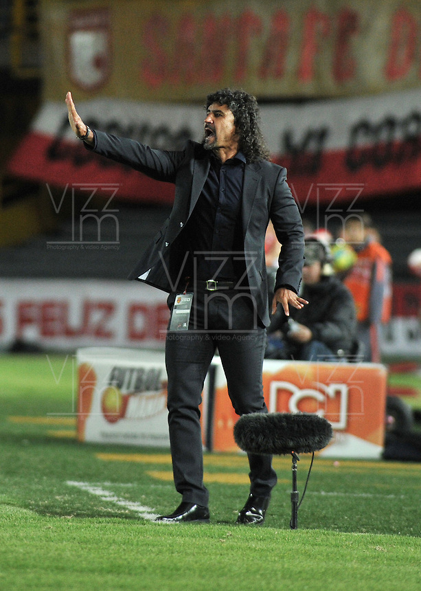 BOGOTA - COLOMBIA-26-06-2013: Leonal Alvarez, técnico del Deportivo Cali da instrucciones a los durante partido en el estadio Nemesio Camacho El Campin de la ciudad d Bogota, julio 6 de 2013. Independiente Santa Fe y Deportivo Cali durante partido por la sexta fecha de los cuadrangulares semifinales de la Liga Postobon I. (Foto: VizzorImage / Luis Ramirez / Staff).  Leonal Alvarez, coach of Deportivo Cali gives instructions to the palyers scored during game in the Nemesio Camacho El Campin stadium in Bogota City, July 6, 2013. Independiente Santa Fe and Deportivo Cali, in match for the sixth round of the semi finals of the Postobon League I. (Photo: VizzorImage / Luis Ramirez / Staff).