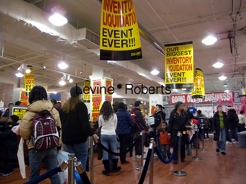 Customers shop at a Steve & Barry's clothing store in New York on Saturday, January 3, 2009. The chain is shutting all 173 stores and liquidating approximately $250 million worth of merchandise. (© Richard B. Levine)