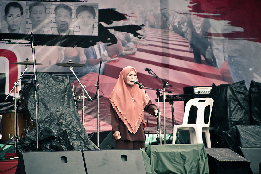 A representant of muslim thai of the South is speaking on the stage of Ratchaprasong with a image of funerals in the backgroung. The representation of images of dead militant after the massacre of march 10 is a major in the red shirt propaganda.