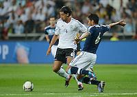 FUSSBALL Nationalmannschaft Freundschaftsspiel:  Deutschland - Argentinien             15.08.2012 Sami Khedira (li, Deutschland) gegen Ezequiel Gago (Argentinien)