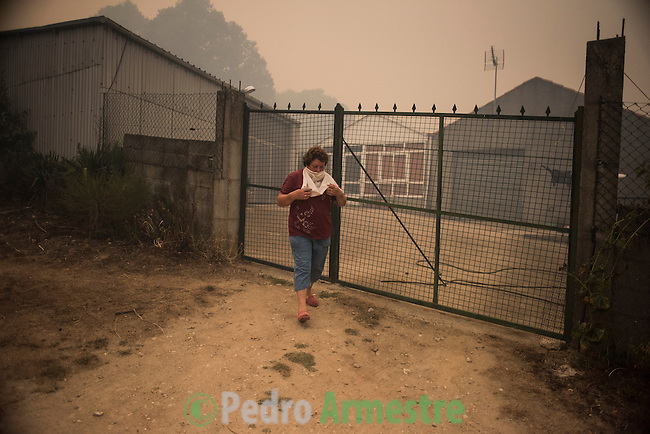 Viillagers try to extinguise a fire in the village of Cualedro, near Ourense on August 30, 2015. A fire broke out on August 30, 2015 around noon in the Cualedro town in Galicia, northwest Spain, affecting at least 3,180 hectares of forest, as seven fires continued to burn in Spain, three in Galicia, one in Cantabria, one in Castile and Leon, one in Catalonia and Extremadura. © Pedro ARMESTRE