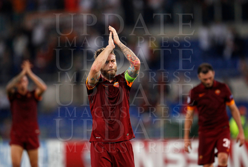 Calcio, Champions League, Gruppo E: Roma vs Bayern Monaco. Roma, stadio Olimpico, 21 ottobre 2014.<br /> Roma&rsquo;s Daniele De Rossi, center, greets fans at the end of the Group E Champions League football match between AS Roma and Bayern at Rome's Olympic stadium, 21 October 2014. Bayern won 7-1.<br /> UPDATE IMAGES PRESS/Isabella Bonotto