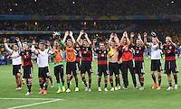 FUSSBALL WM 2014                HALBFINALE Brasilien - Deutschland          08.07.2014 Die Deutschen Spieler bedanken sich nach dem Spiel bei den Fans