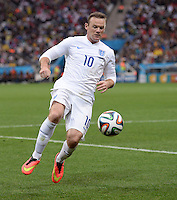 FUSSBALL WM 2014  VORRUNDE    GRUPPE D     Uruguay - England                     19.06.2014 Wayne Rooney (England) am Ball