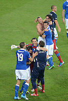 FUSSBALL  EUROPAMEISTERSCHAFT 2012   VORRUNDE Italien - Irland                       18.06.2012 Schlussjubel um Torwart Gianluigi Buffon (Mitte, Italien)